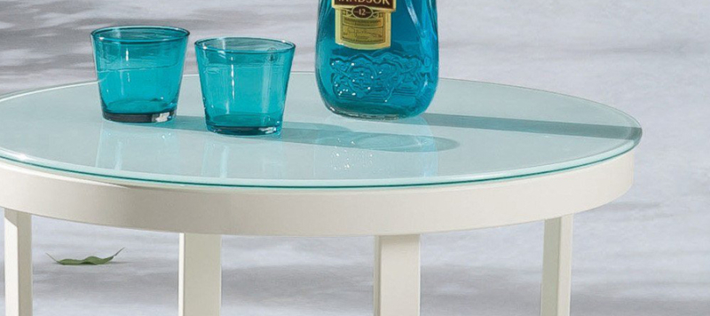 Yunge white coffee table for patio.